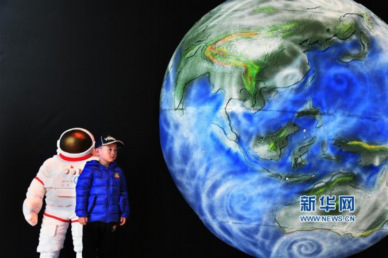 """山东青岛:走进""""太空舱"""" 探索航天奥秘"""