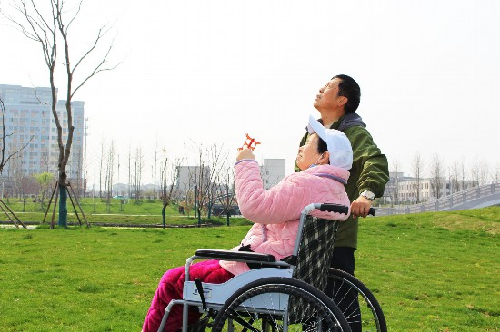 """扬州七旬夫妻""""秀恩爱"""" 丈夫徒步6公里推着老伴去放风筝"""