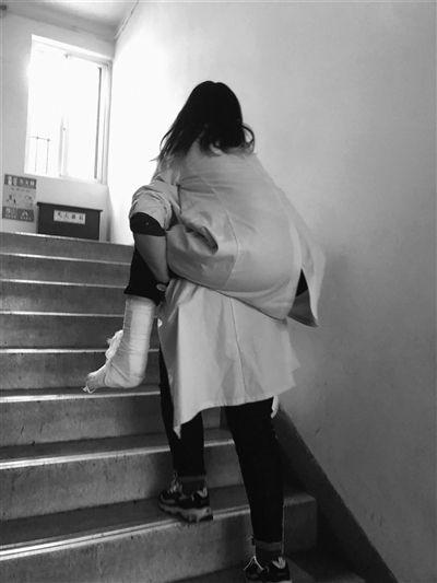 扬州大学一女生连续一个月背受伤同学上课 还为其煲排骨汤