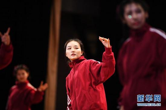 (体育)(4)全民健身――校园排舞展风采