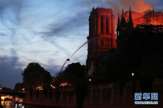 (国际)(2)巴黎圣母院发生大火 建筑损毁严重