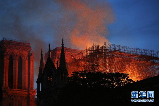 巴黎圣母院发生大火 建筑损毁严重