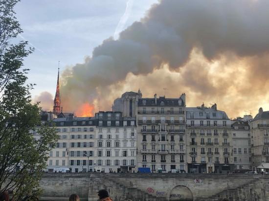 巴黎圣母院发生大火(何�` 摄)