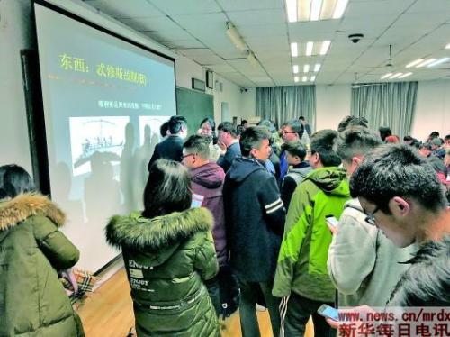 武大哲学教授走红曾在黑暗中讲课两小时无人离开