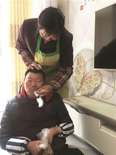 """扬州高邮68岁慈母24小时守护42岁""""巨婴"""""""
