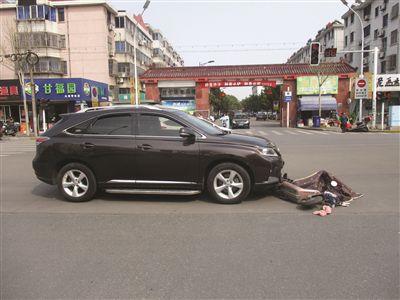 江苏扬中14岁男孩骑电动自行车带12岁表弟闯红灯被撞