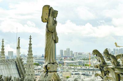 巴黎圣母院大火尖塔倒塌主体结构保住
