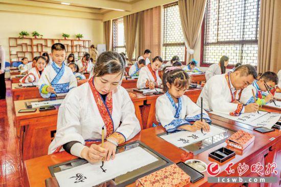 昨日上午,開福區的家長代表走進課堂,與孩子們一起練習書法。  長沙晚報全媒體記者 陳飛 攝