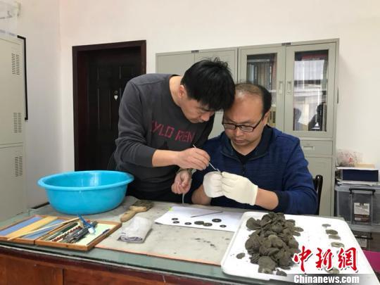 湖北十堰一建筑工地16日出土42.9公斤古代铜钱