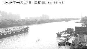 两位市民划着皮划艇进人京杭运河常州段