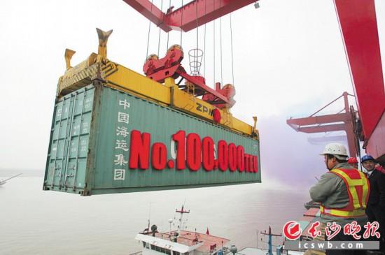 2009年12月28日,長沙新港集裝箱年吞吐量突破十萬標箱。