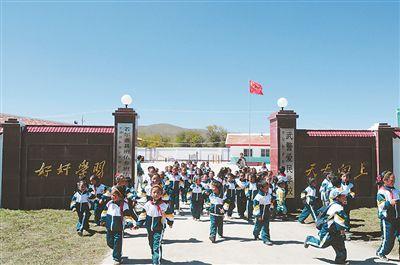 """在当年红军过草地时经过的若尔盖县班佑村,支队援建起第一所""""武警爱民学校""""。"""