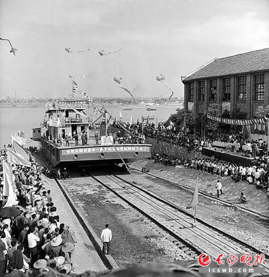 1980年,湖南第一艘1000噸躉船下水試航。