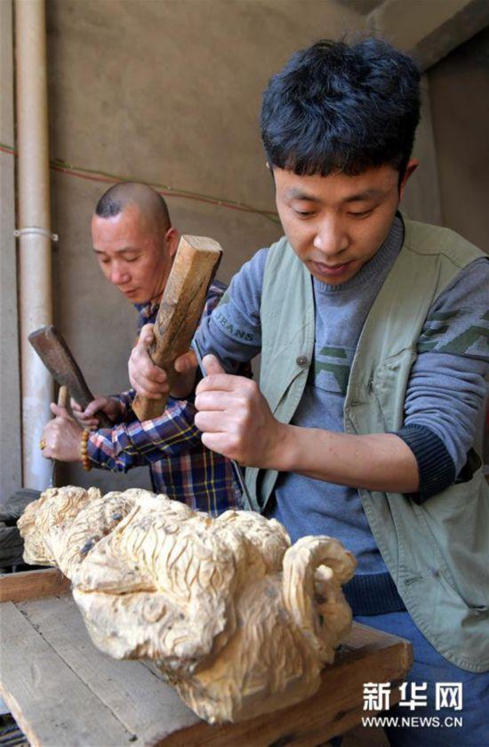 """(经济)(1)江西上饶:""""精雕细琢""""助推木雕产业蓬勃发展"""