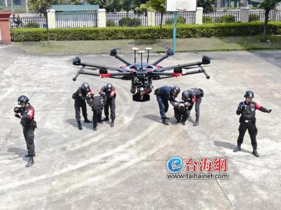 """10名队员8架无人机 漳州首支警务飞行队在平和公安局""""起飞 """""""