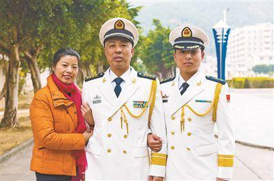 一家人在一起。李辉凤摄