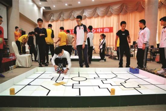 選手們在緊張調試機器人。  本報記者湯渝杭 攝