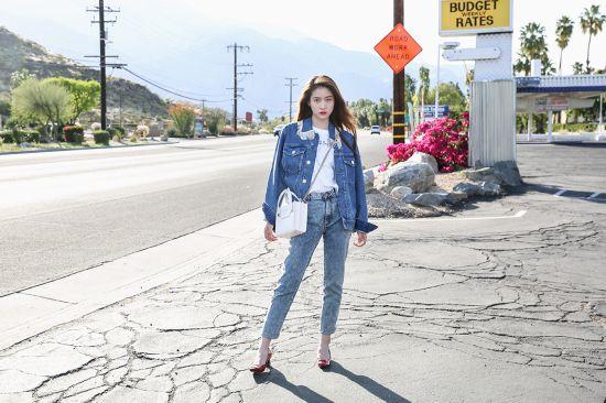 张雪迎加州街拍 时尚牛仔释放率性青春