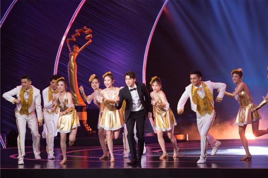 李易峰亮相北影节闭幕式 用歌声致敬电影人