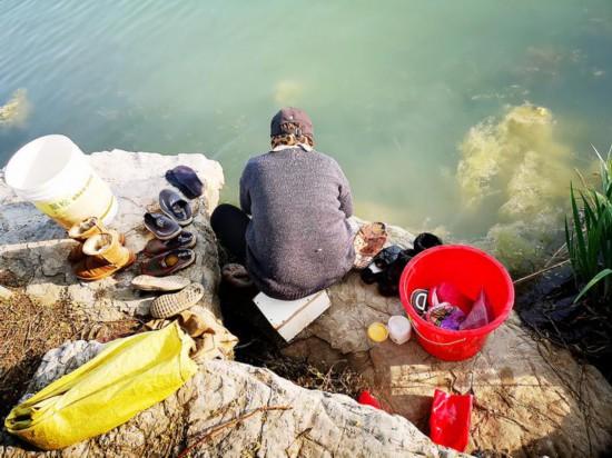 """淮安阳光湖成了公共""""洗涮池"""" 多人洗拖把刷鞋"""