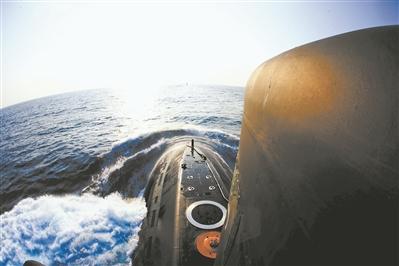 大海里最多的是浪花,远航需要更多平凡的默默坚守的人。图为某潜艇破浪航行。代宗锋摄
