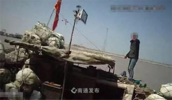 南通启东渔民禁渔期捕捞被查 上演跳江闹剧