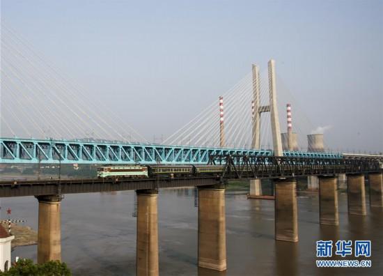 """(图片故事)(2)重庆首座长江大桥""""退役"""""""