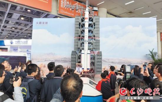 ↑昨日上午,中国航天成就展在湖南国际会展中心展出。这是航天爱好者正在观展。  均为长沙晚报全媒体记者 邹麟 摄