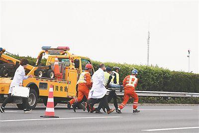 路政工作证_国内首次开展直升机高速公路主线应急救援演练--江苏频道--人民网