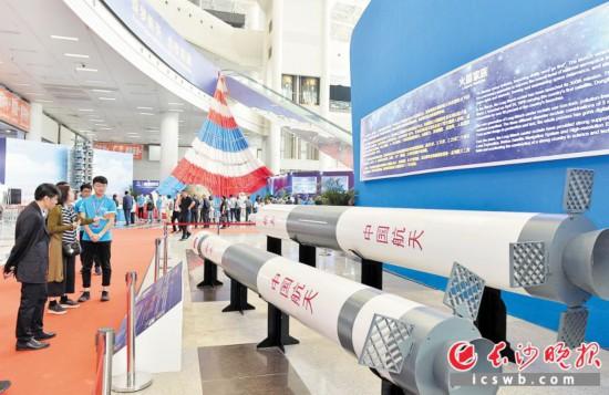 """昨日,""""'航天放飞中国梦'――庆祝新中国成立70周年中国航天成就展""""在湖南国际会展中心举行。长沙晚报全媒体记者 邹麟 摄"""