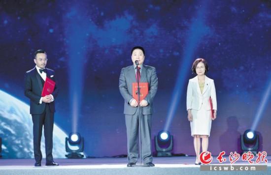 →中国国家航天局聘请杨利伟(中)、姜杰(右)、汪涵为航天公益形象大使。