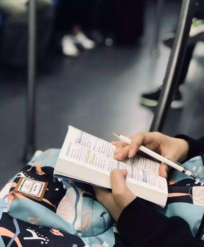 """一年拍摄约800张照片她用镜头记录""""地铁读书人"""""""