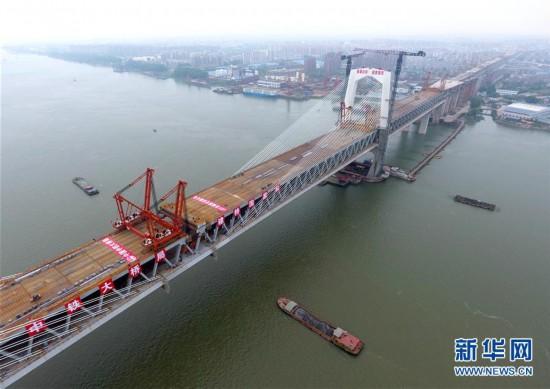 (经济)(1)商合杭铁路芜湖长江公铁大桥钢梁成功合龙