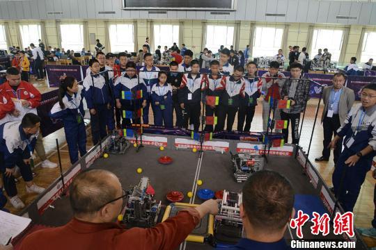 玩转机器人!新疆青少年机器人竞赛开赛