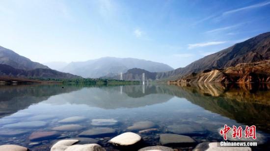 黄河青海段远山、白塔、碧水构成绝美风景
