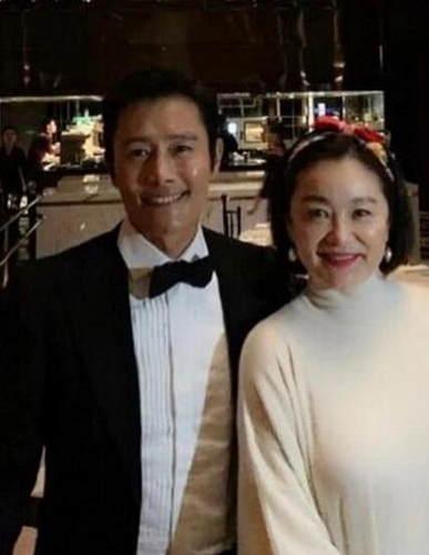 64岁林青霞与闺蜜现身机场 气质出众堪称教科书