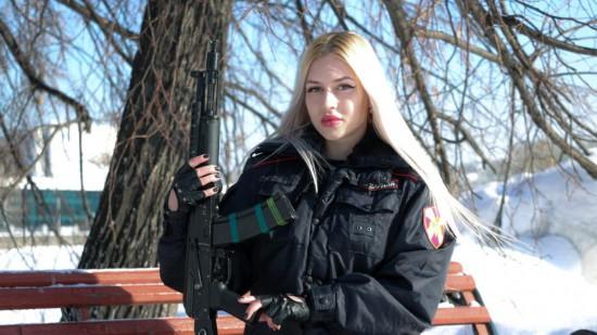 寡妇黑金发?俄罗斯最美真人出炉:女兵及腰内地美女写真图片