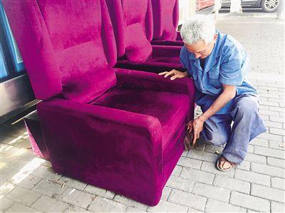 重庆:公交站台没有座椅 老人搬来三个沙发