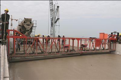 沪通长江大桥南引桥完成铁路桥面防水层施工