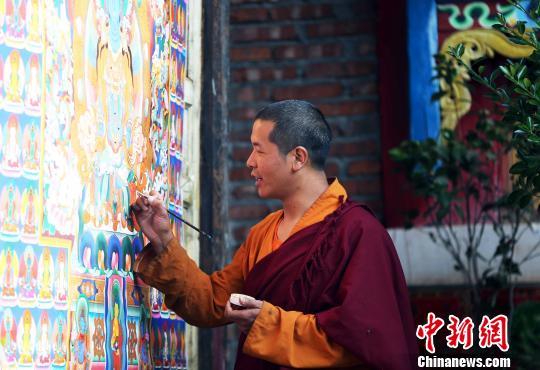 """泸沽湖畔""""80后""""摩梭画师:希望传承传统绘画技艺"""
