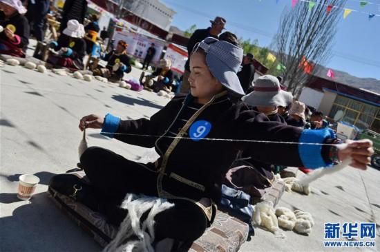 """(社会)(2)西藏贡嘎:氆氇制作技能比赛迎""""五一"""""""
