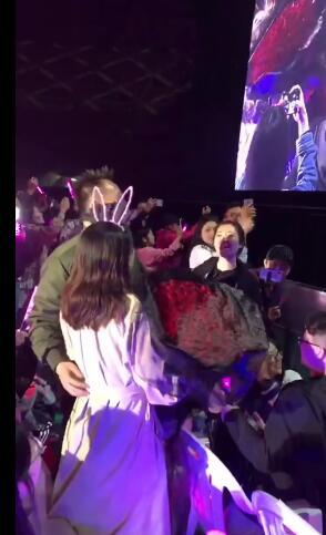 粉�z演唱��上求婚王力宏十分�_心:前面的人不要�醯轿�