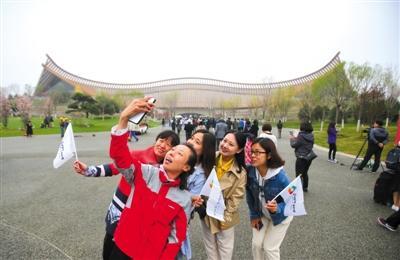 """中国馆1亿岁""""世界第一枝花""""吸引游客"""