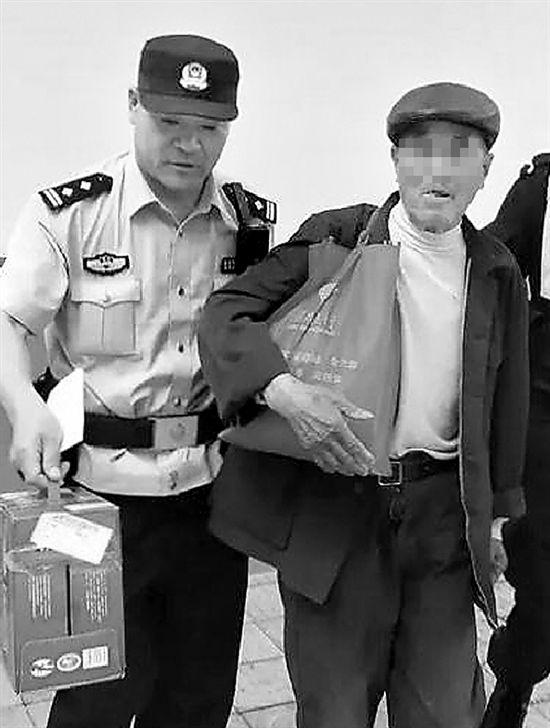 92岁老人到杭州寻亲 随身带着儿子爱吃的东西