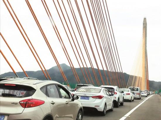 广惠高速东延线执勤交警尽力为游客出行保驾护航