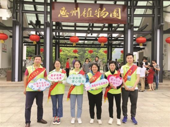 惠州文明旅游志愿者服务队:假期不带团但陪游客玩