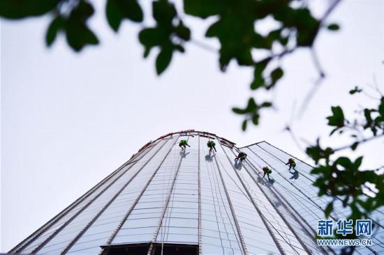 """(社会)(1)城市高楼上的""""蜘蛛人"""""""