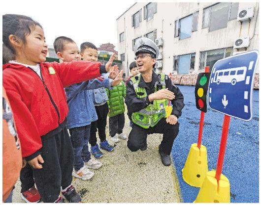 浙江:交通安全从小做起