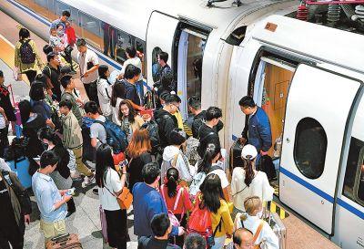 """""""五一""""假期郑州铁路累计发送旅客295.4万人次"""