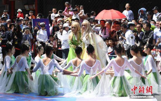 梦之城平台第十五届中国国际动漫节彩车巡游在杭州举行